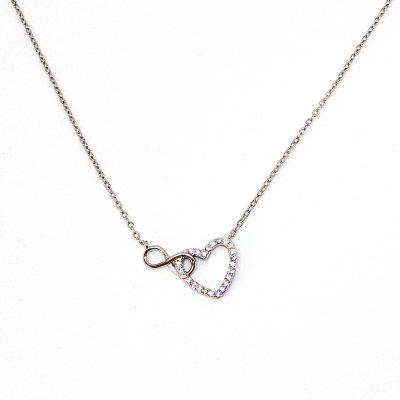 Prekrasan srebrni lančić s privjeskom u obliku srca zajedno sa znakom beskonačnosti.