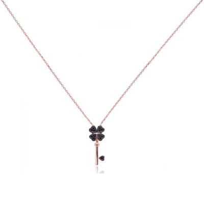 Ogrlica s pozlatom bakrene boje s privjeskom u obliku ključa-djeteline s četiri lista s crnim cirkonima.