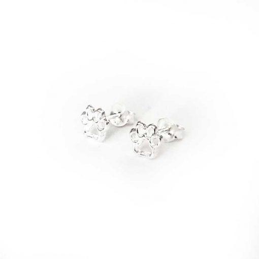 srebrne naušnice u obliku šapica