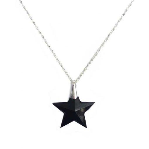 srebrni lanćić s privjeskom u obliku crne zvijezde